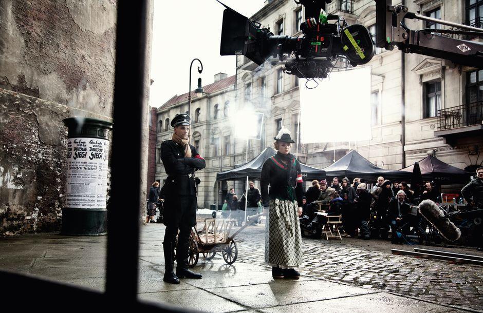 """Die Berliner Straße fand auch für """"Rubbeldiekatz"""" von Detlev Buck Verwendung. An der Stelle, wo Matthias Schweighöfer (als Frau) und Max von Thun hier zu sehen sind, hatte Quentin Tarantino drei Jahre zuvor das Kino für """"Inglourious Basterds"""" aufbauen lassen."""