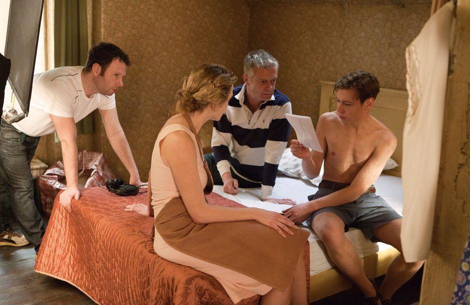 """Für ihre Rolle als Hanna Schmitz in """"Der Vorleser"""" bekam Kate Winslet den Oscar. David Kross (rechts) spielt unter der Regie von Stephen Daldry (Mitte) ihren Liebhaber. Dieses Schlafzimmer wurde mehrmals gebaut, weil auch in Köln und Görlitz gedreht wurde."""