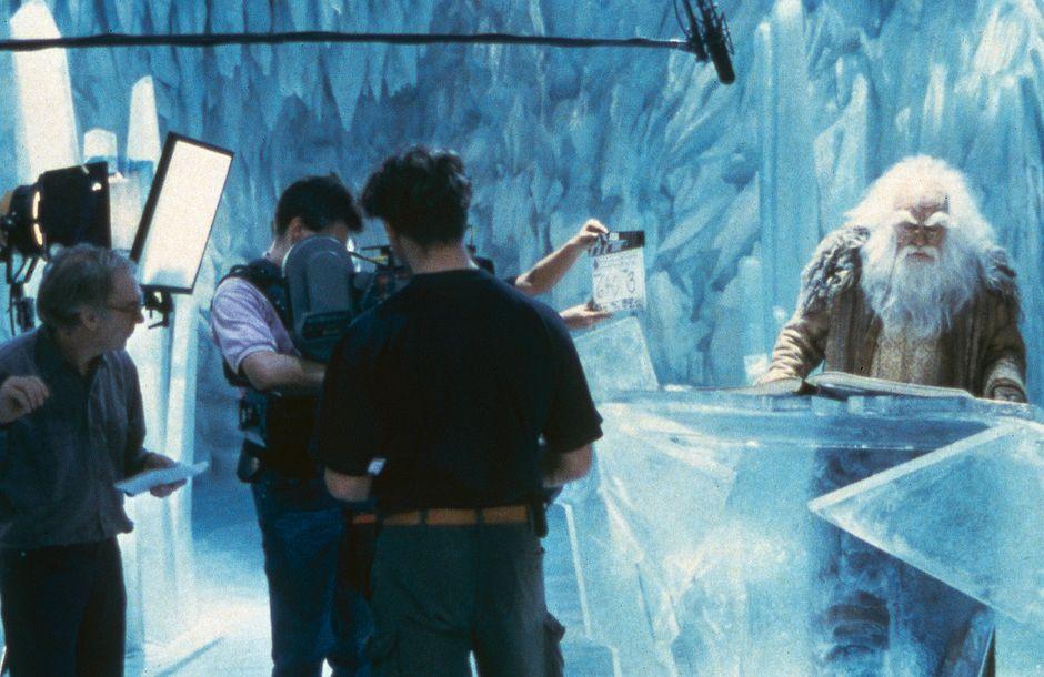 """Der erste Teil der """"Unendlichen Geschichte"""" wurde noch in den Bavaria Studios in München gedreht. Für den dritten Teil kam man 1994 nach Babelsberg. In der Marlene-Dietrich-Halle wurde dafür die Eishöhle gebaut, Regie führte Peter MacDonald (links)."""