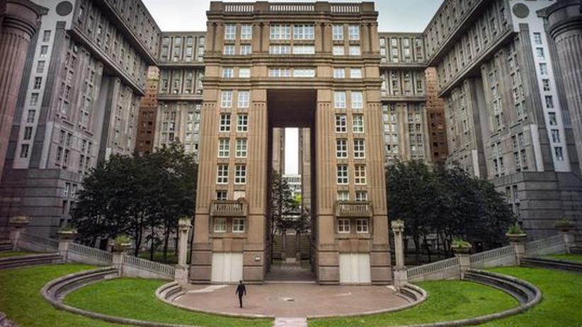 """Die Espaces d'Abraxas des Spanischen Architekten Ricardo Bofill im Osten von Paris kennt man aus """"Brazil""""."""