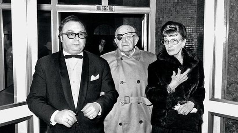 Fritz Lang: Kinolegende Fritz Lang (Mitte) mit Lebensgefährtin Lilly Latté und einem Vertreter des Rathauses auf dem Filmfestival Viennale 1971