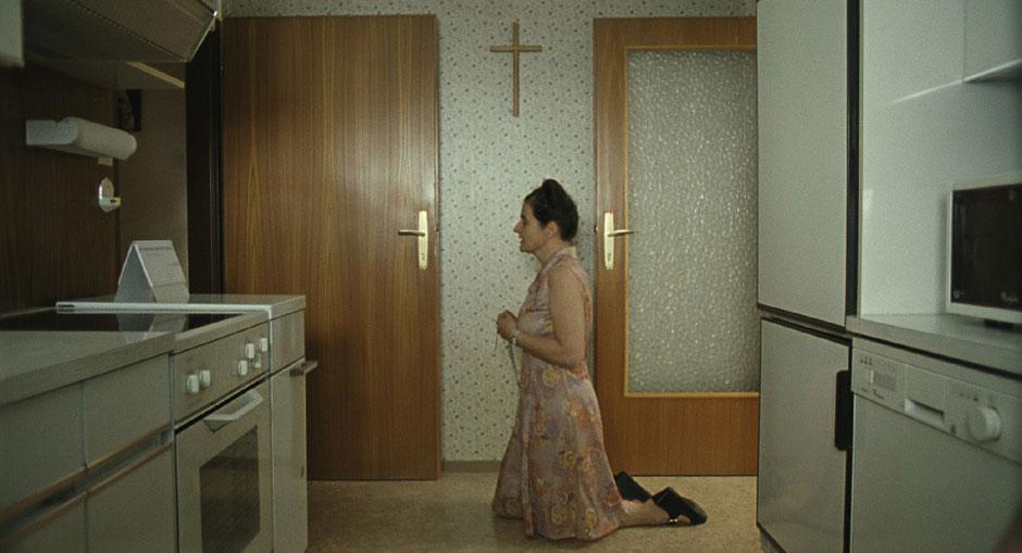 """Rosenkranzbeten in der Küche: aus der Serie """"Paradies: Glaube"""", 2012"""