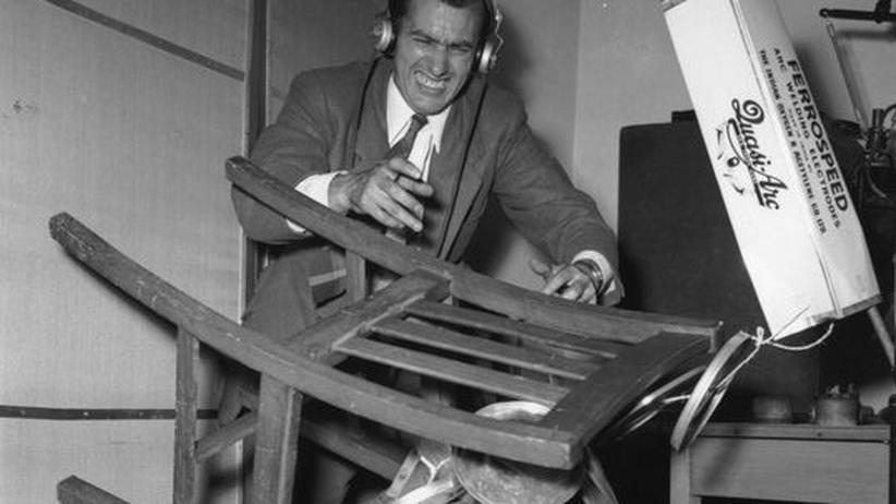 Ton im Film: Ein Geräuschmacher im Jahr 1955 beim BBC Radio.