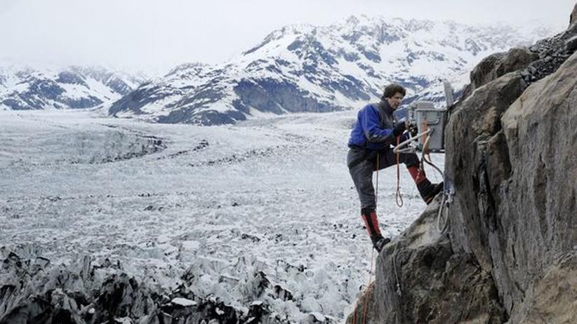 James Balog hängt an einer Klippe in Alaska.