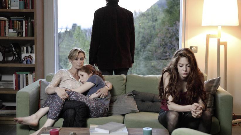 """TV-Serie """"The Returned"""": Die Untote Camille (Yara Pilartz) in den Armen ihrer Mutter Claire (Anne Cosigny), Camilles Schwester Lena (Jenna Thiam). Im Hintergrund steht der Vater Jérome (Frédéric Pierrot)."""