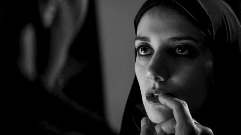 "Sheila Vand als namenlose Vampirin im Film ""A Girl Walks Home Alone at Night"""