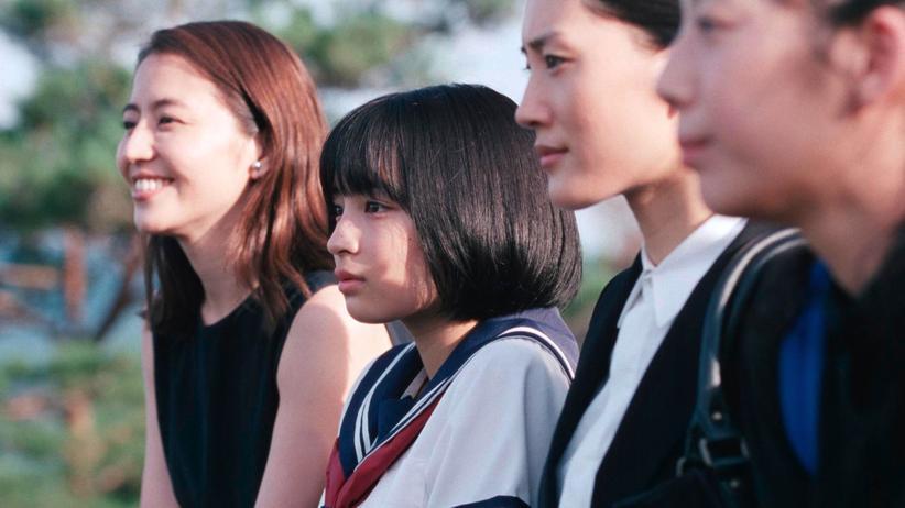 Die Familie aus Schwestern wird erst vollständig, als die jüngste dazukommt (von links: Nagasawa Masami als Yoshino, Hirose Suzu als Suzu, Ayase Haruka als Sachi und Kaho als Chika)