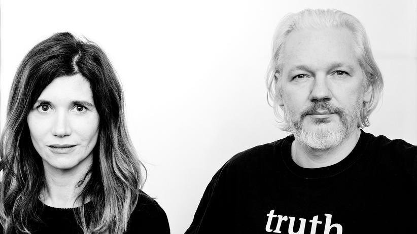 Angela Richter und Julian Assange