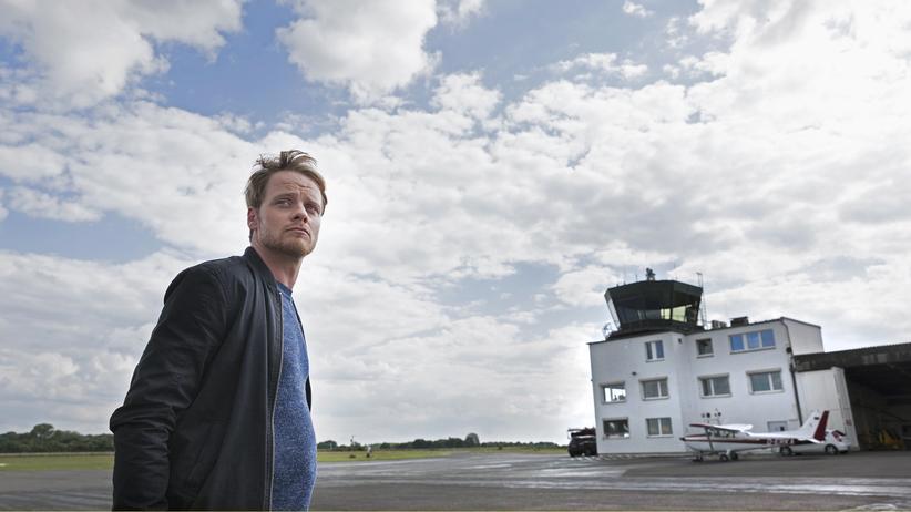 Kommissar Daniel Kossik (Stefan Konarske) auf dem Sportflughafen
