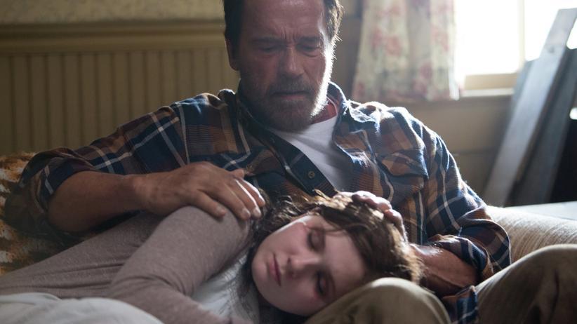 """Arnold Schwarzenegger im Film """"Maggie"""" mit seiner Zombie-Tochter"""