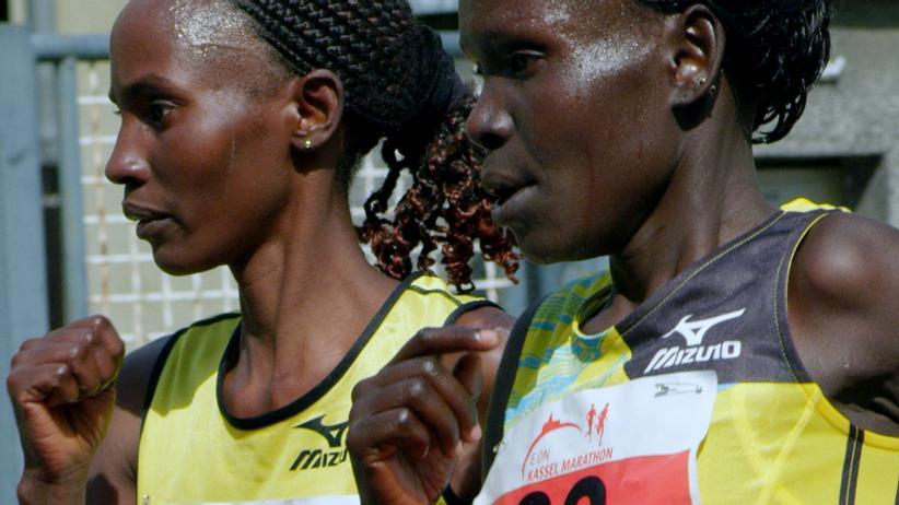 """""""The Long Distance"""": Die Kenianerinnen Eunice Chelagat Lelay (links) und Caroline Kwambai (rechts) beim Kassel-Marathon."""