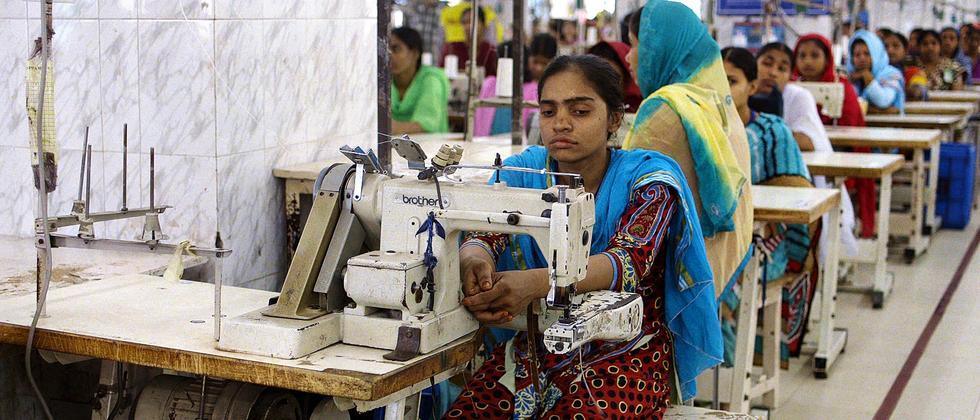 Arbeiterin in einer Textilfabrik