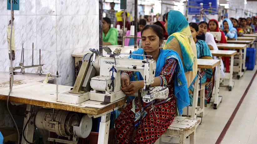 """Fashion Week: Arbeiterin in einer Textilfabrik: Szenenbild aus der Dokumentation """"The True Cost"""""""