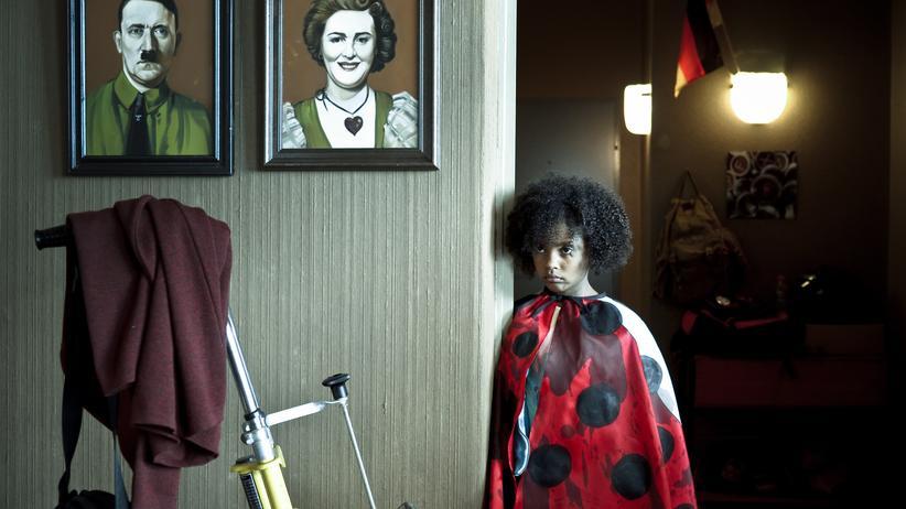 """""""Familie Braun"""": Nomie Lane Tucker als Lara in der ZDF-Miniserie """"Familie Braun"""""""