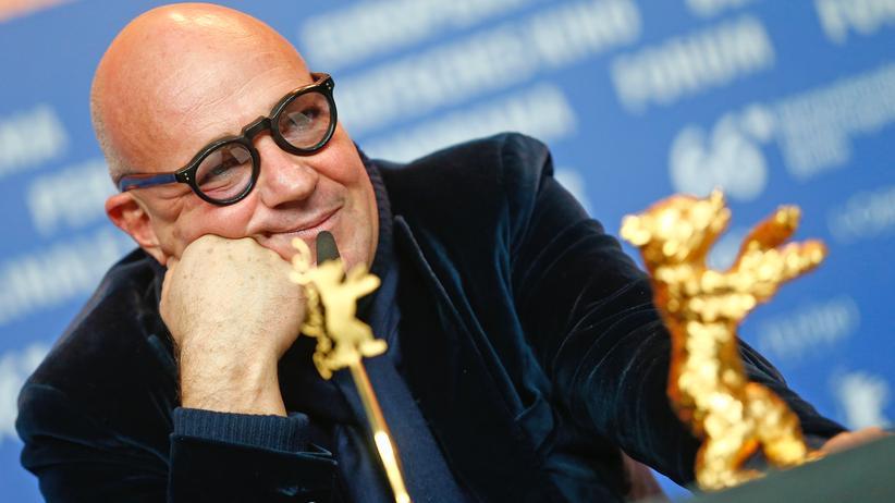 Berlinale: Der Regisseur Gianfranco Rosi mit dem Goldenen Bären, der Auszeichnung für den besten Film der Berlinale