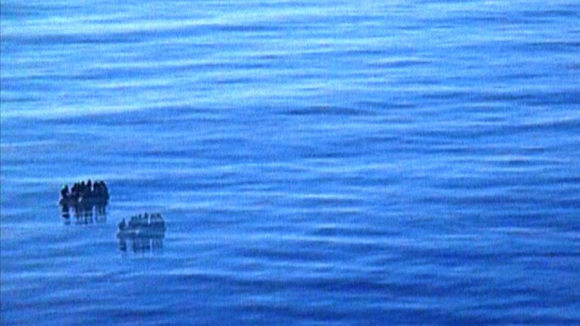 """Berlinale: Ein Flüchtlingsboot, gefilmt von einem Kreuzfahrtschiff aus – in Philip Scheffners """"Havarie"""""""