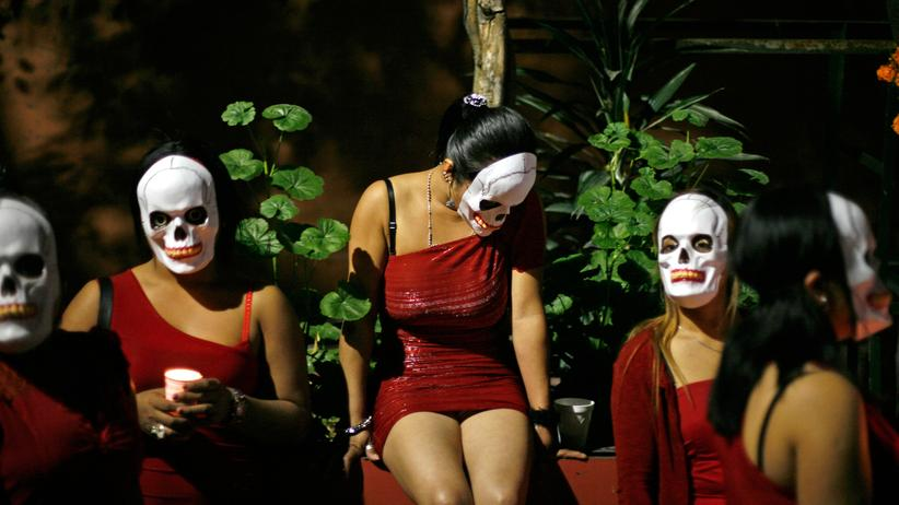 """Michael Glawogger: Prostituierte in Mexiko tragen am """"Tag der Toten"""" traditionelle Masken, um an ihre verstorbenen Kolleginnen zu erinnern."""