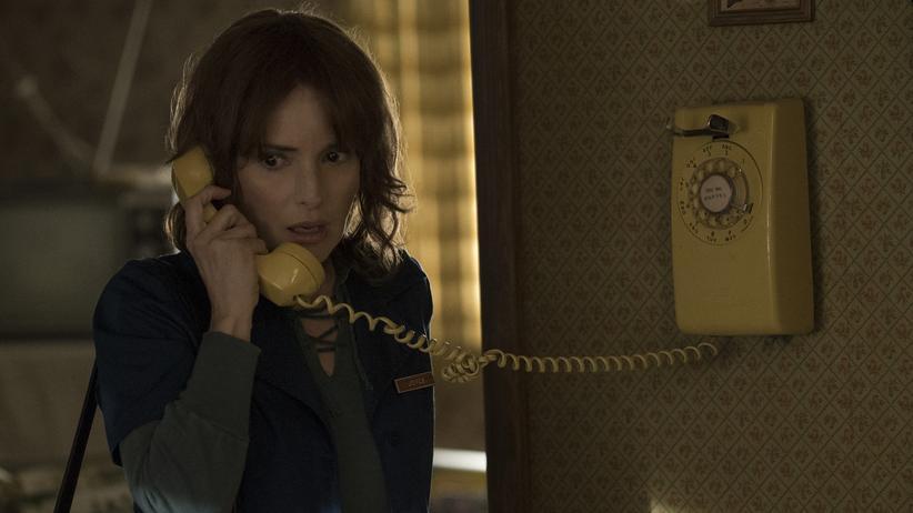 """""""Stranger Things"""": Der Schrecken kommt aus dem analogen Telefon: Winona Ryder in der Netflix-Serie """"Stranger Things""""."""