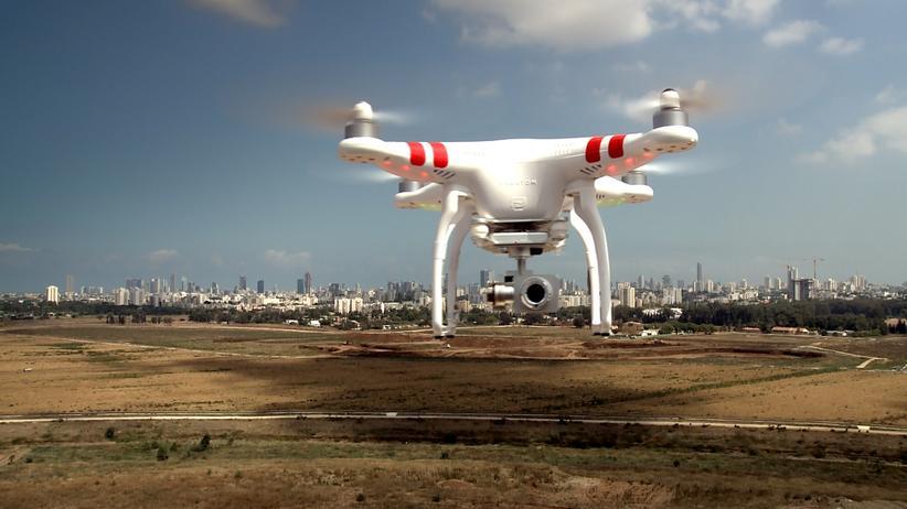 """""""Krieg & Spiele"""": Werden Drohnen dem Menschen bald den Garaus machen? Eine Szene aus der Dokumentation """"Krieg & Spiele"""" von Karin Jurschik"""