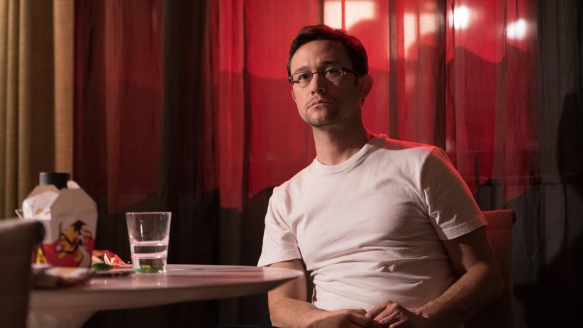 """""""Snowden"""": Edward Snowden (Joseph Gordon-Levitt) enthüllt im Hotel in Hongkong brisante Details über die Überwachungsmethoden der NSA"""