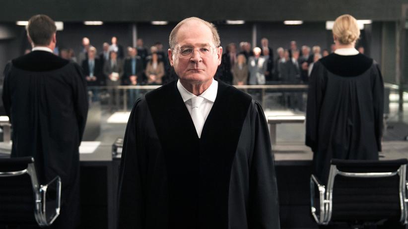 """""""Terror"""": """"Bitte nehmen Sie Ihre Verantwortung ernst"""": Mit diesen Worten wendet sich der Vorsitzende Richter (Burghart Klaußner) an die Schöffen, in diesem Fall das Fernsehpublikum."""