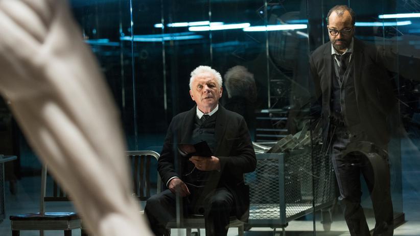 """""""Westworld"""": Welche Moralität ist in einer virtuellen Welt erforderlich? Anthony Hopkins (li.) als sinistrer Roboterschöpfer und sein Chefprogrammierer (Jeffrey Wright) in der Serie """"Westworld""""."""