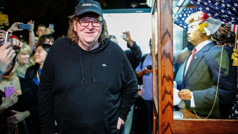"""Michael Moore in TrumpLand"": Michael Moore vor einer Donald-Trump-Puppe vor dem IFC Center in New York, wo sein Film ""TrumpLand"" Premiere feierte."