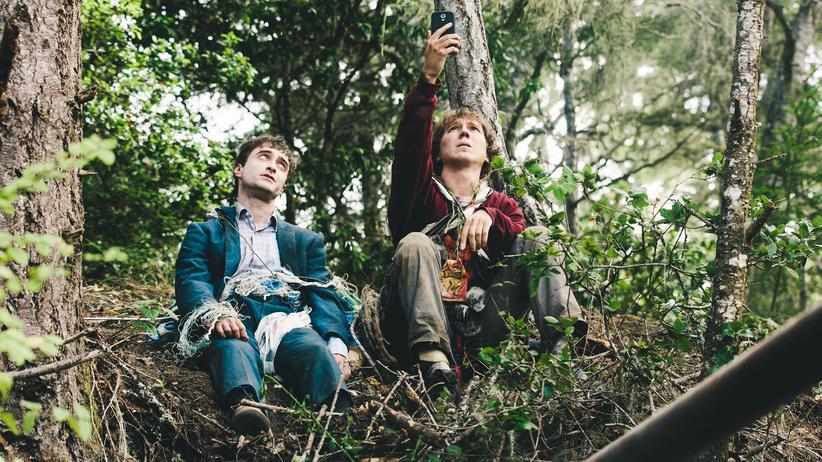 """""""Swiss Army Man"""": Eine windige Freundschaft: Daniel Radcliffe als Leiche und Paul Dano als Gestrandeter"""