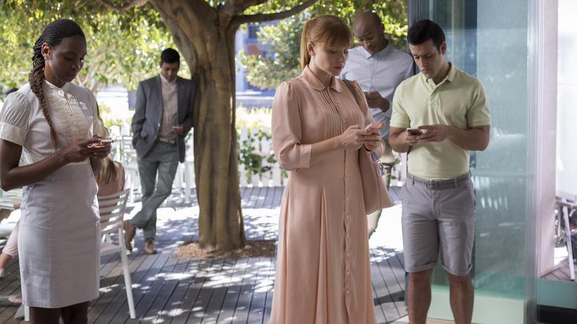 """""""Black Mirror"""": Die Diktatur des Ratings: Lacie (Bryce Dallas Howard, Mi.) versucht verzweifelt, eine 4+ zu werden."""