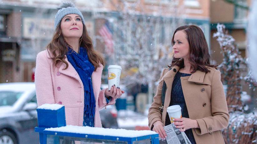 """""""Gilmore Girls"""": """"Ich rieche Schnee."""" Lorelai Gilmore (Lauren Graham) und ihre Tochter Rory (Alexis Bledel) sind zurück in Stars Hollow."""