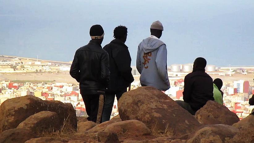 """""""Those Who Jump"""": Vom Berg Gurugú an der nordafrikanischen Mittelmeerküste blicken Geflüchtete auf die spanische Enklave Melilla."""