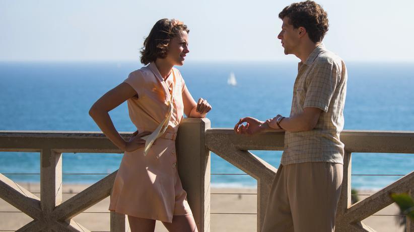 """""""Café Society"""": Date mit Meerblick zwischen Vonnie (Kristen Stewart) und Bobby (Jesse Eisenberg)"""