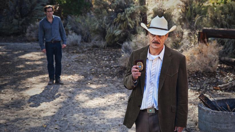 """Nocturnal Animals"": Jake Gyllenhaal (hinten li.) als Tony Hastings und Michael Shannon als Polizist Bobby Andes"