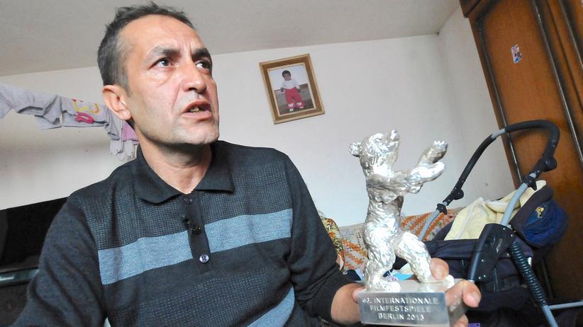 Nazif Mujic (42) hält den Preis der Berlinale, den Silbernen Bären, in Händen.