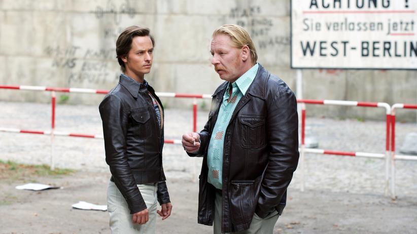 TV-Serien: Lars Weber (Tom Schilling, li.) und sein Agentenführer Ralf Müller (Ben Becker) konspirieren in Ost-Berlin.