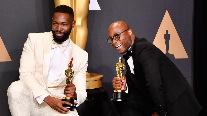 """Oscars 2017: Überraschungs-Sieger: Drehbuchautor Tarell Alvin McCraney (li.) und Regisseur Barry Jenkins feiern ihren Oscar für den besten Film """"Moonlight""""."""