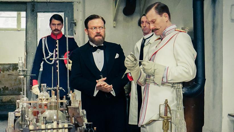 """""""Charité"""": Der neue Kaiser Wilhelm II. (Lucas Prisor, r.) besucht das Labor von Robert Koch (Justus von Dohnányi, 2.v.r)."""