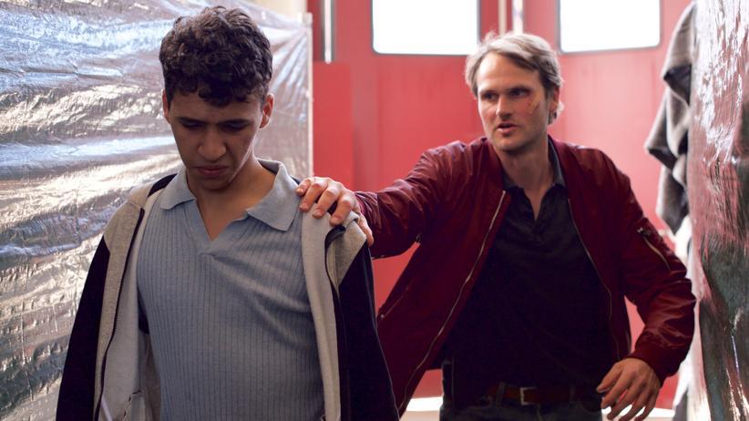 """Tatort"" Franken: Undercover im Flüchtlingswohnheim: Hauptkommissar Felix Voss (Fabian Hinrichs, re.) mit Basem Hemidi (Mohammed Issa)"