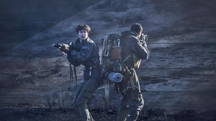 """""""Alien: Covenant"""": Daniels (Katherine Waterston) und ein weiteres Crewmitglied in """"Alien: Covenant"""""""