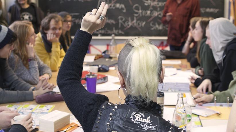 """Erwachsenenbildung: Hier darf jeder sein, wie er will: Szene aus dem Dokumentarfilm """"Berlin Rebel High School"""" über die SfE."""