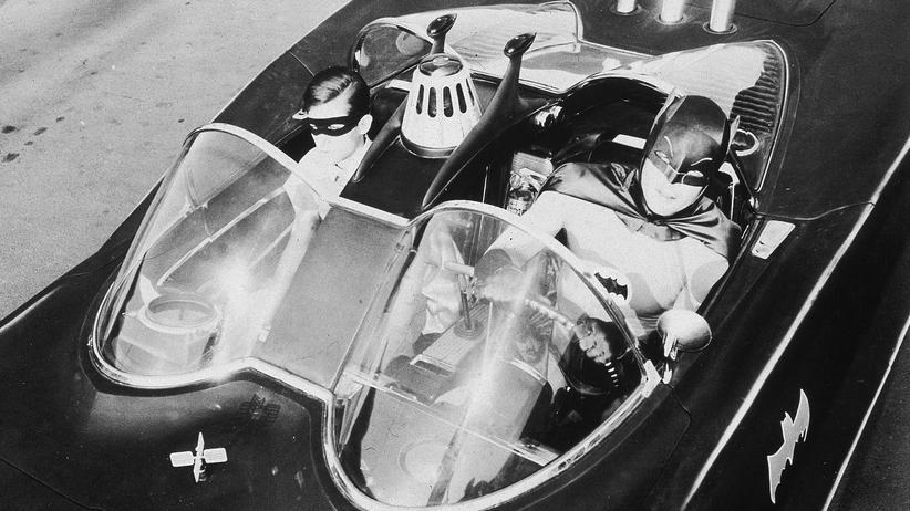 Hollywood: Burt Ward (l) als Robin und Adam West als Batman sitzen im Batmobil in der TV-Serie 'Batman' von 1967.
