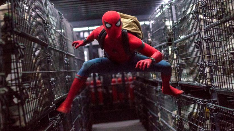"""Spider-Man (Tom Holland) muss diesmal nicht gleich die Welt retten, sondern """"nur"""" seine Freunde beim Schulausflug."""