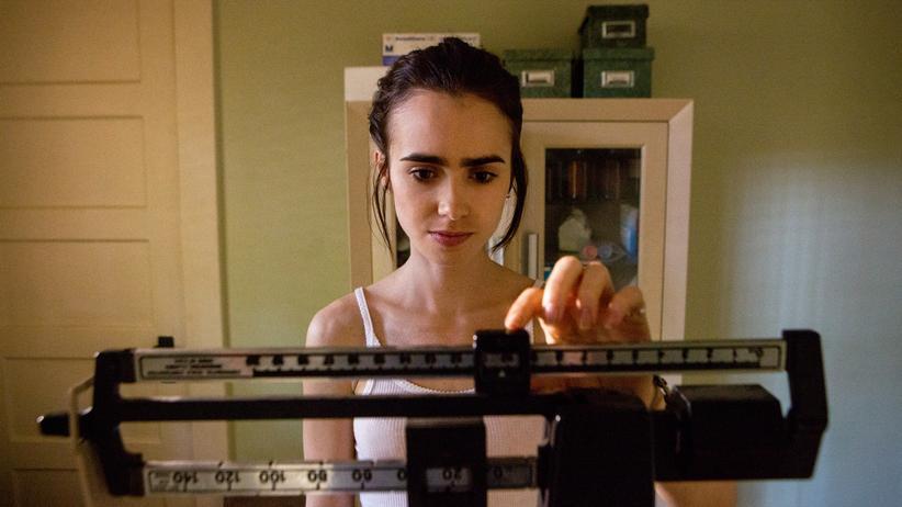 """""""To the bone"""": Jedes Gramm zählt: Lily Collins als magersüchtige Ellen in dem Film """"To the Bone"""""""