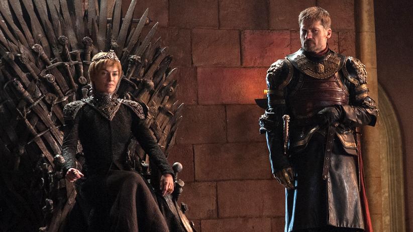 """""""Game of Thrones"""": Cersei Lannister auf dem Eisernen Thron neben ihrem Bruder Jaime"""