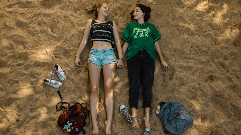"""""""Tigermilch"""": Berliner Strand: die Freundinnen Nini (Flora Li Thiemann) und Jameelah (Emily Kusche) in """"Tigermilch"""""""