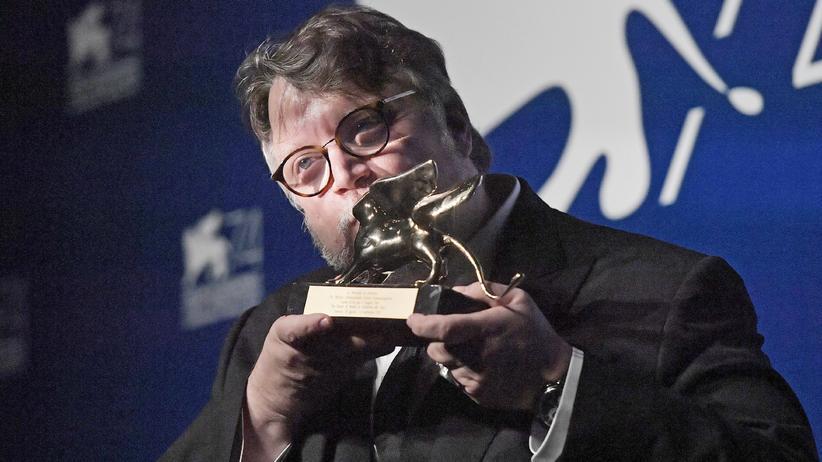 """Filmfestspiele von Venedig: Der mexikanische Regisseur küsst am Samstagabend vor Freude den Goldenen Löwen, den er für seinen Film """"The Shape of Water"""" erhielt."""