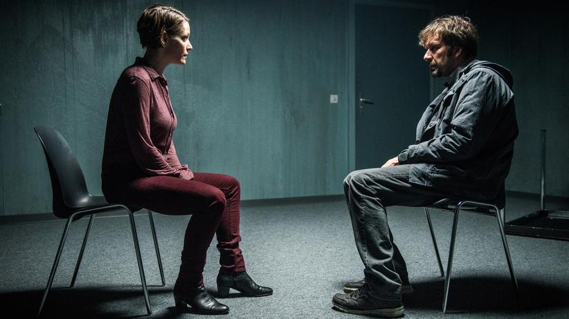 """""""Tatort"""" Luzern: Die Psychologin Sonja Roth (Stephanie Japp) betreut den Fernbusfahrer Beni Gisler (Michael Neuenschwander)."""