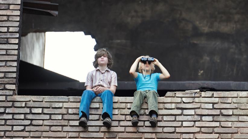 """""""Zuckersand"""": Von ihrem Beobachtungsposten können Fred (Tilman Döbler, rechts) und Jonas (Valentin Wessely, links) die beiden Jungs bis zur deutsch-deutschen Grenze sehen."""