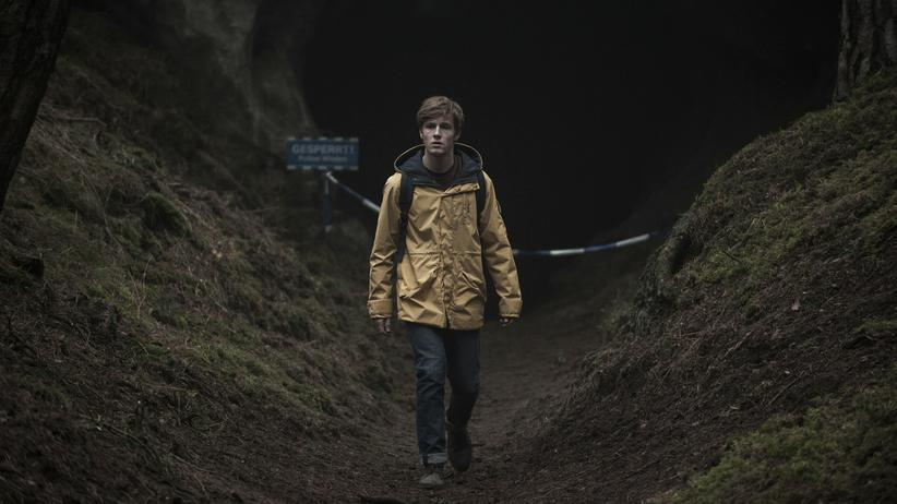 """Dark"": Im Friesennerz durch die Dunkelheit: Louis Hofmann in der Netflix-Produktion ""Dark"""