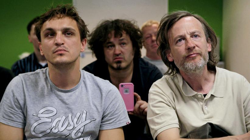 """""""Fikkefuchs"""": Thorben (Franz Rogowski, links) und sein Vater Rocky (Jan Henrik Stahlberg, rechts) wollen in einem Kurs lernen, wie man Frauen rumkriegt."""